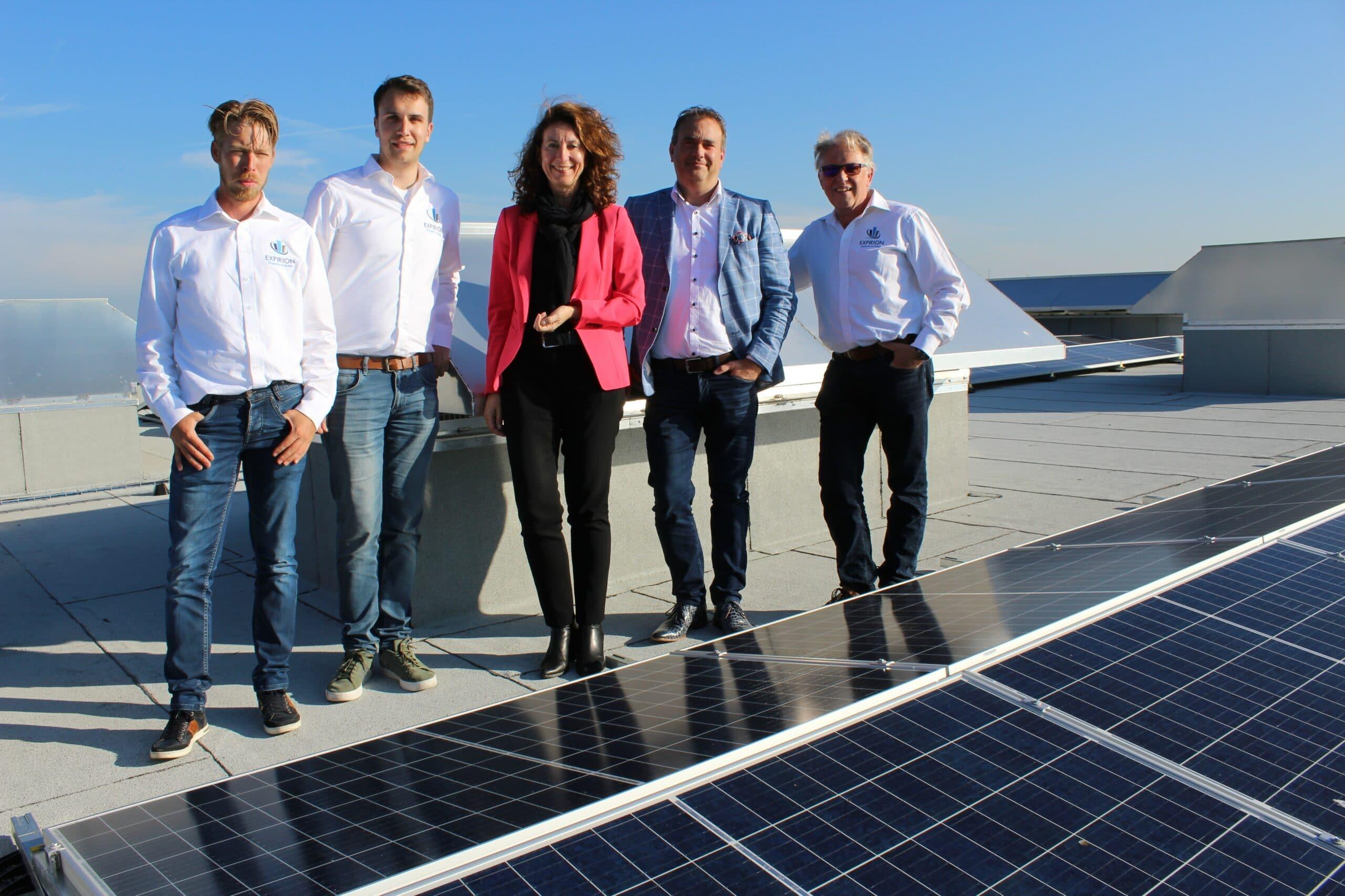 Van links naar rechts: Ralph Burgerhout, Joost Veenstra, wethouder Karin Hoekstra, wethouder Jan van Rijn en EXPIRON-directeur Jaap Burgerhout.