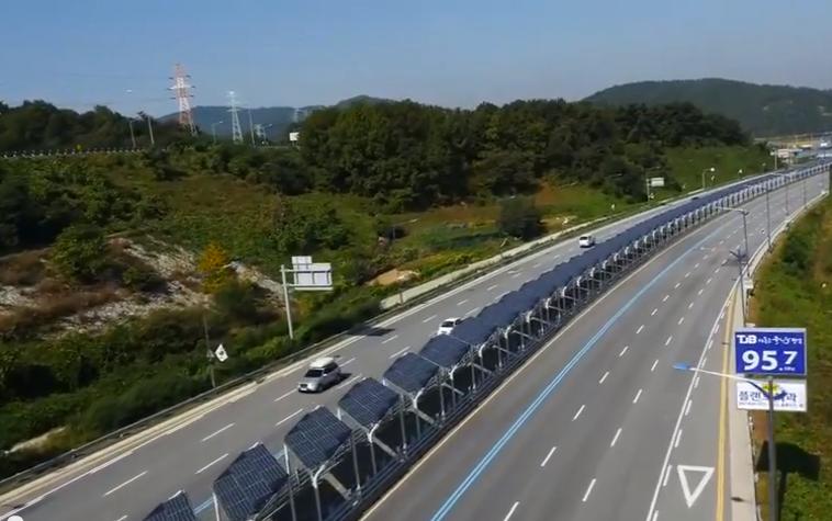 Fietspad overdekt met zonnecellen in het midden van de autoweg in Zuid Korea.