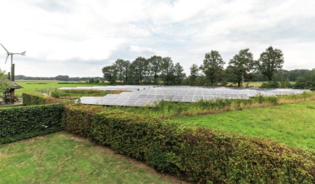 Voormalig boerenerf, bedekt met zonnepanelen. Foto: AGEM