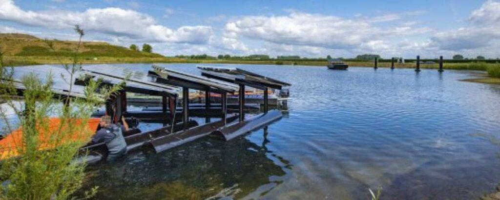 Inschuifbaar drijvende panelen. Bron: Rijksdienst voor Ondernemend Nederland & Waterschap Rivierenland