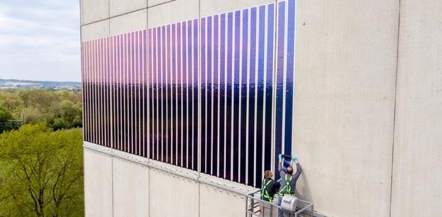 Toepassing van dunne film zonnepanelen van Heliatek. Foto: Innogy (links)